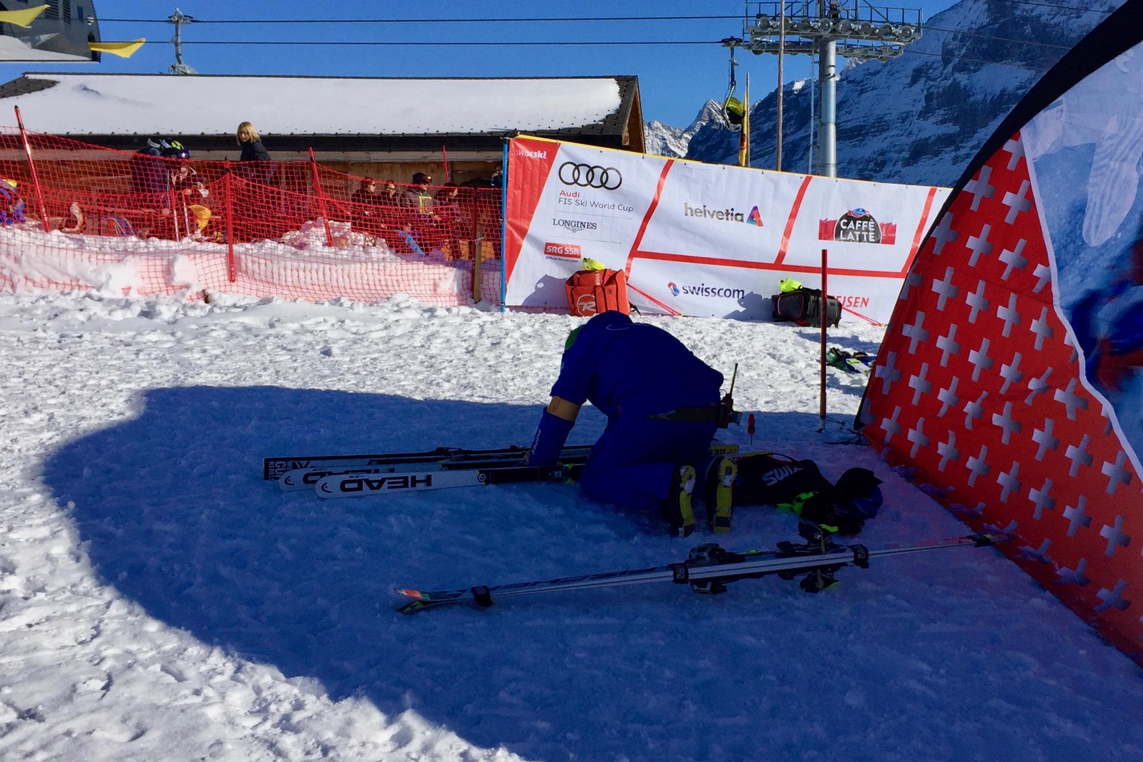 Les techniciens cherchent les moindres recoins à l'ombre pour assurer une préparation optimale aux skis.