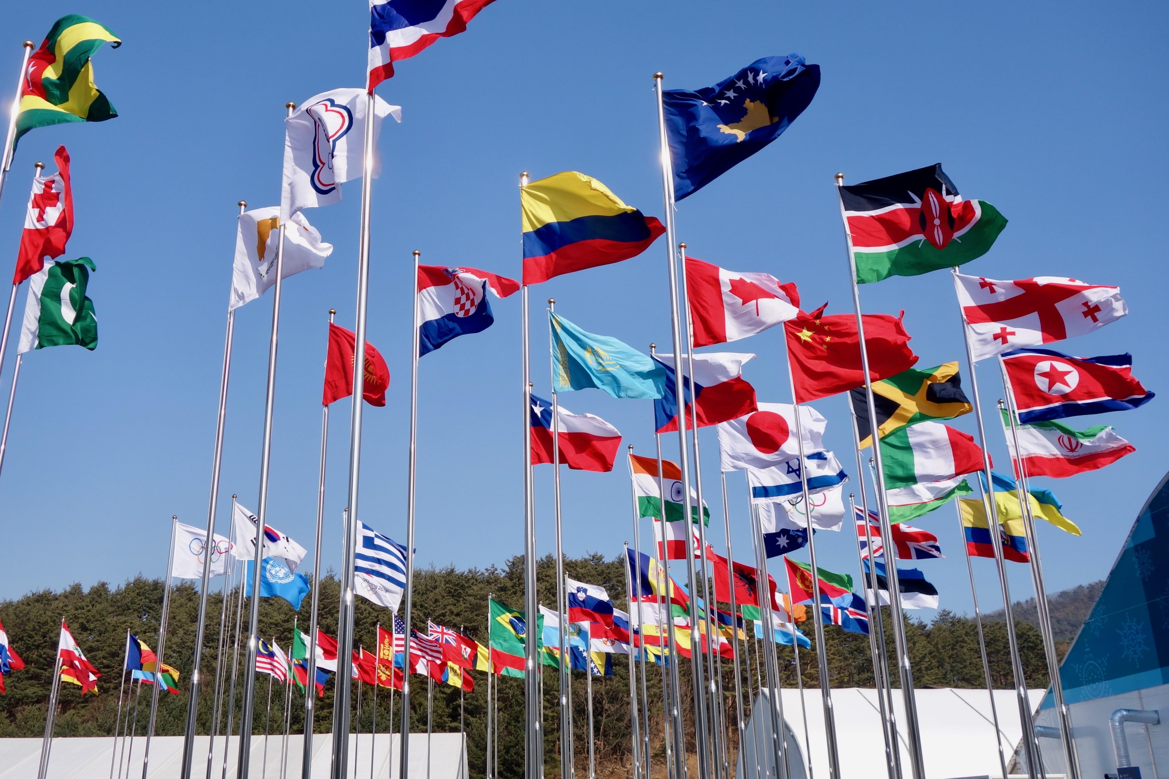 Les drapeaux flottent dans le village olympiques.
