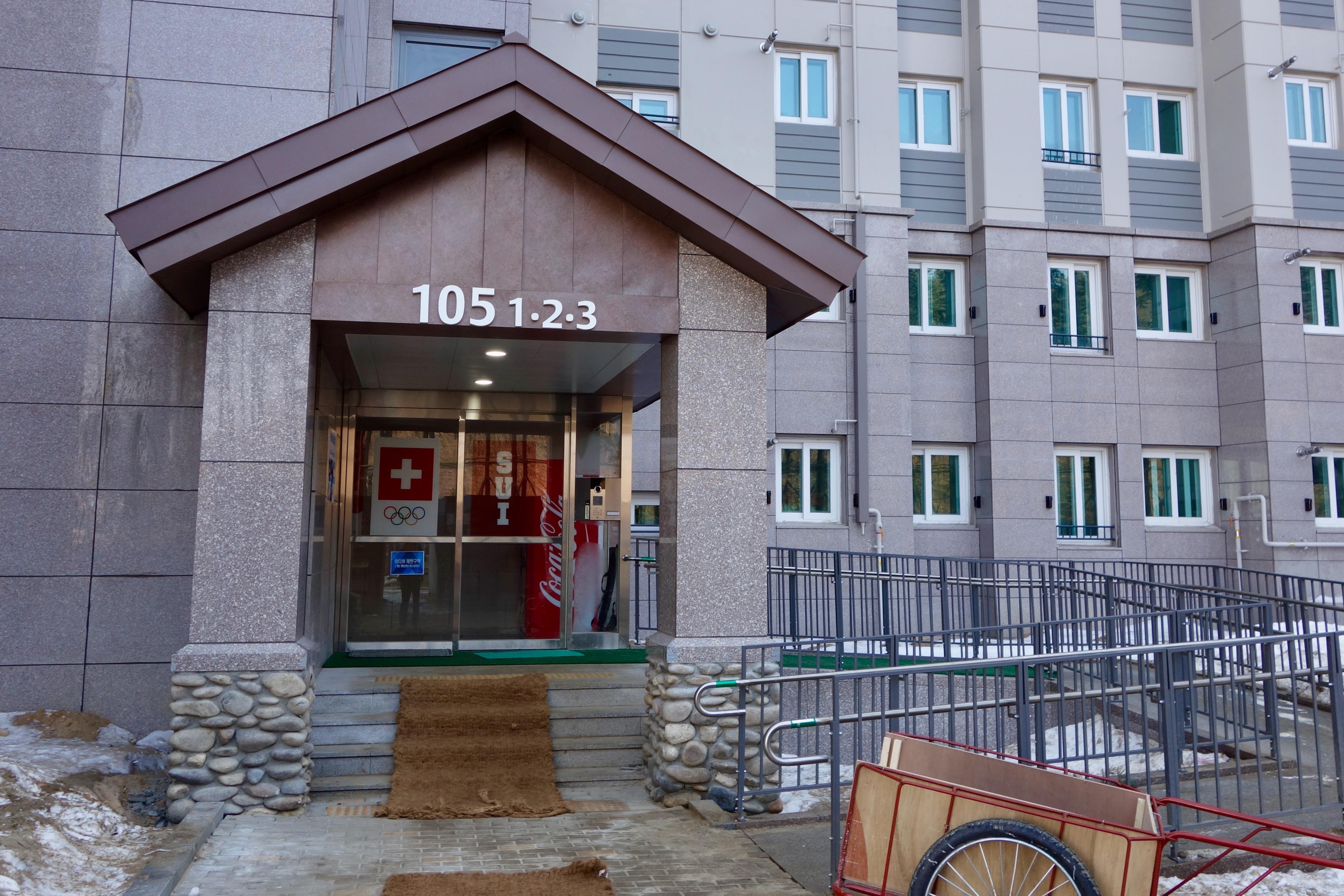 L'entrée de l'immeuble 105, celui des Suisses.
