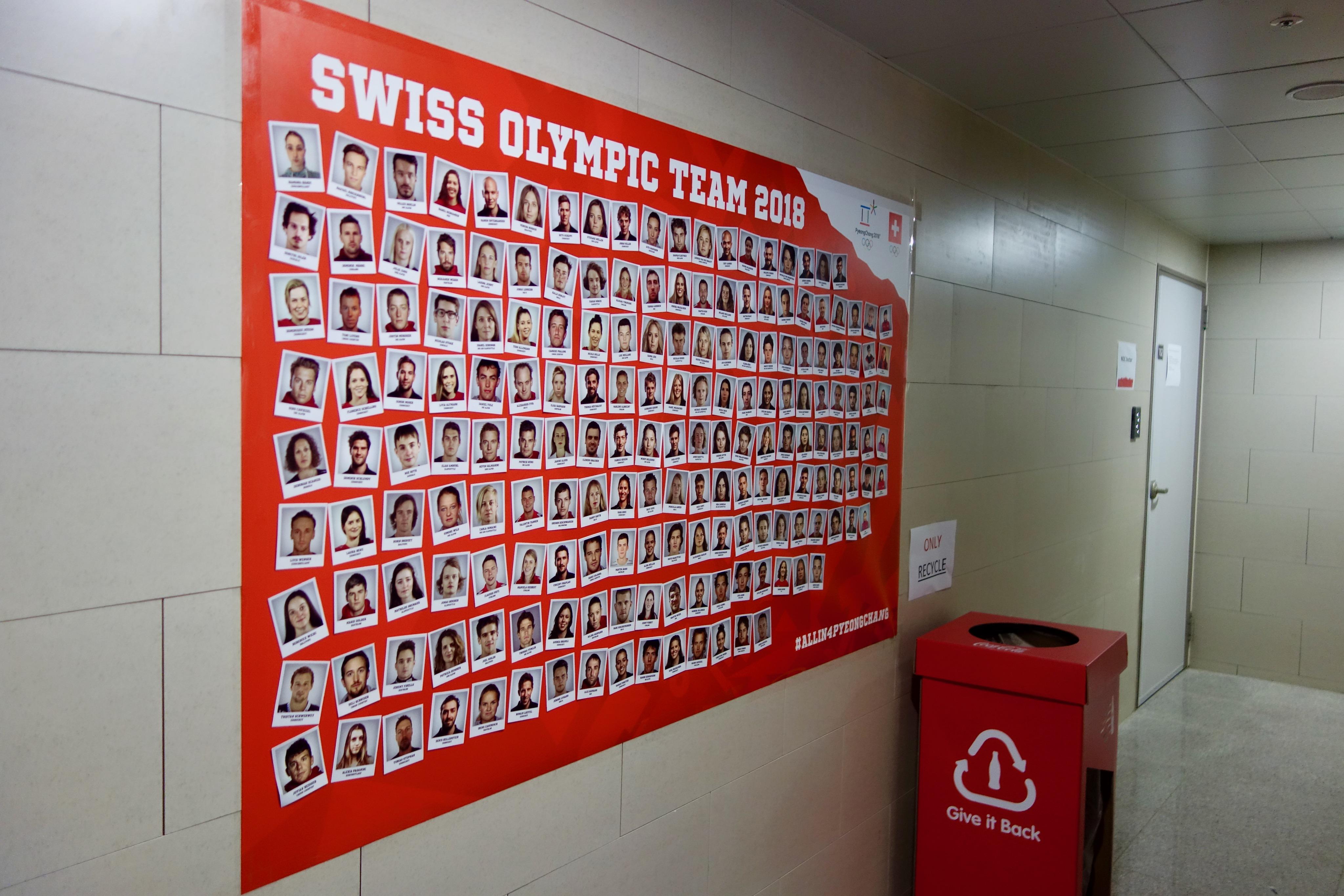 Les sélectionnés suisses, au pied de l'immeuble de la Swiss Olympic Team.