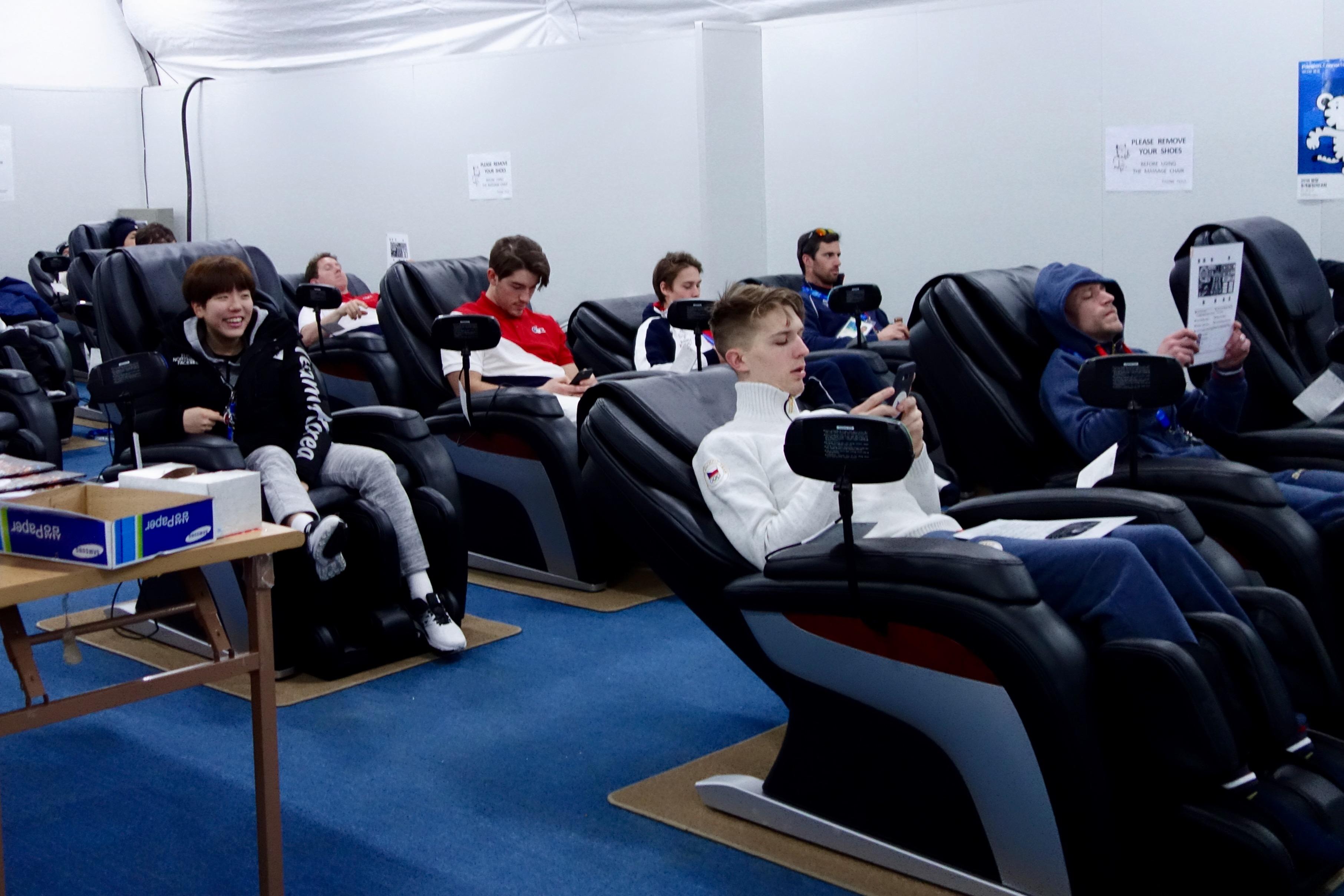 Les athlètes peuvent profiter de fauteuils massants.