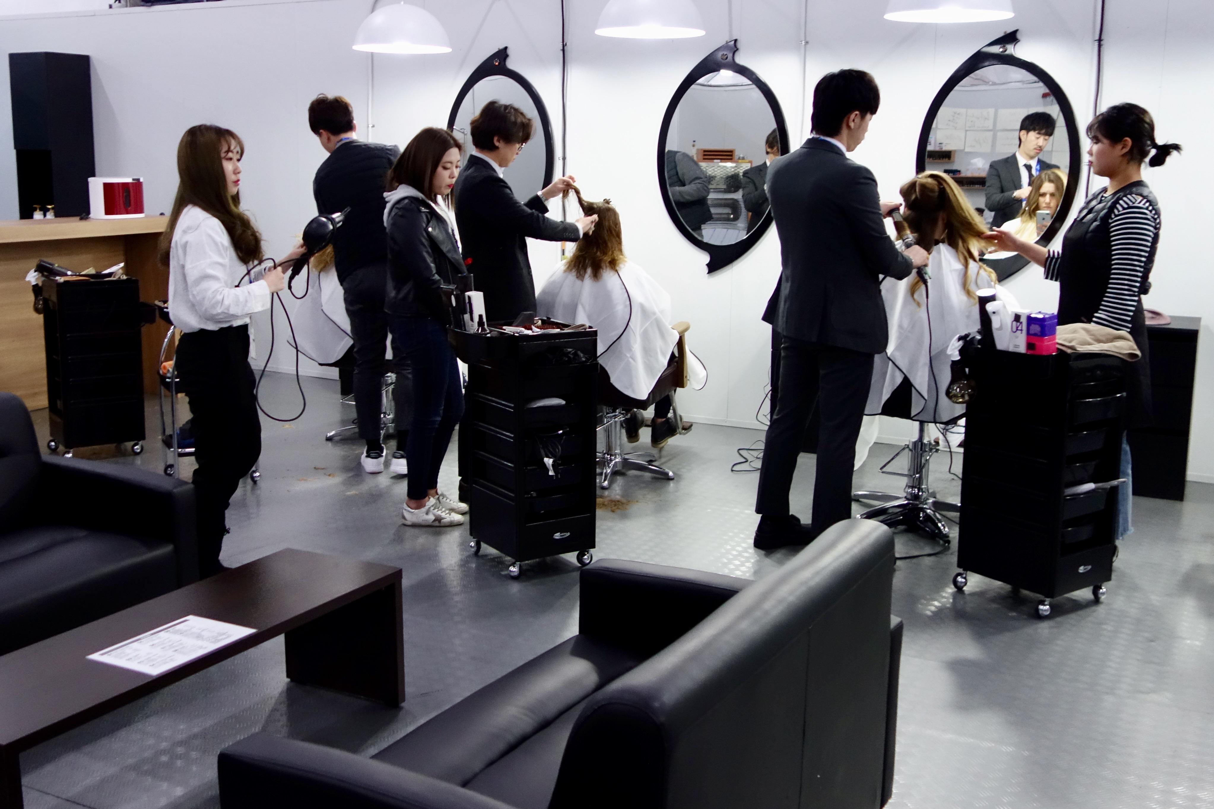 Les Françaises passent aussi chez le coiffeur.
