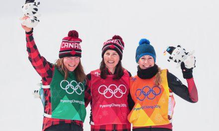 Fanny Smith tient sa médaille olympique