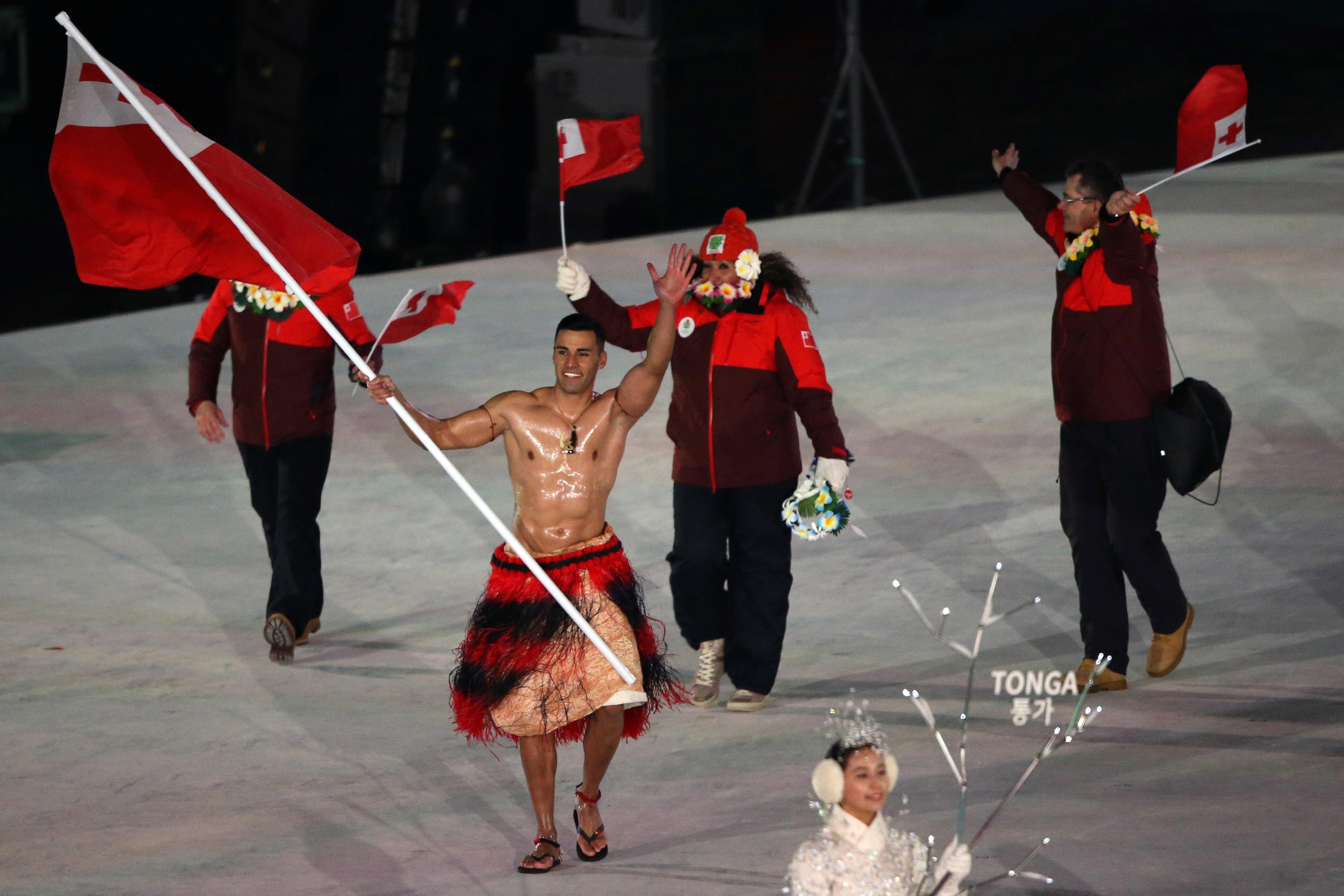 Le porte-drapeau tongien a fait sensation lors de la cérémonie d'ouverture.