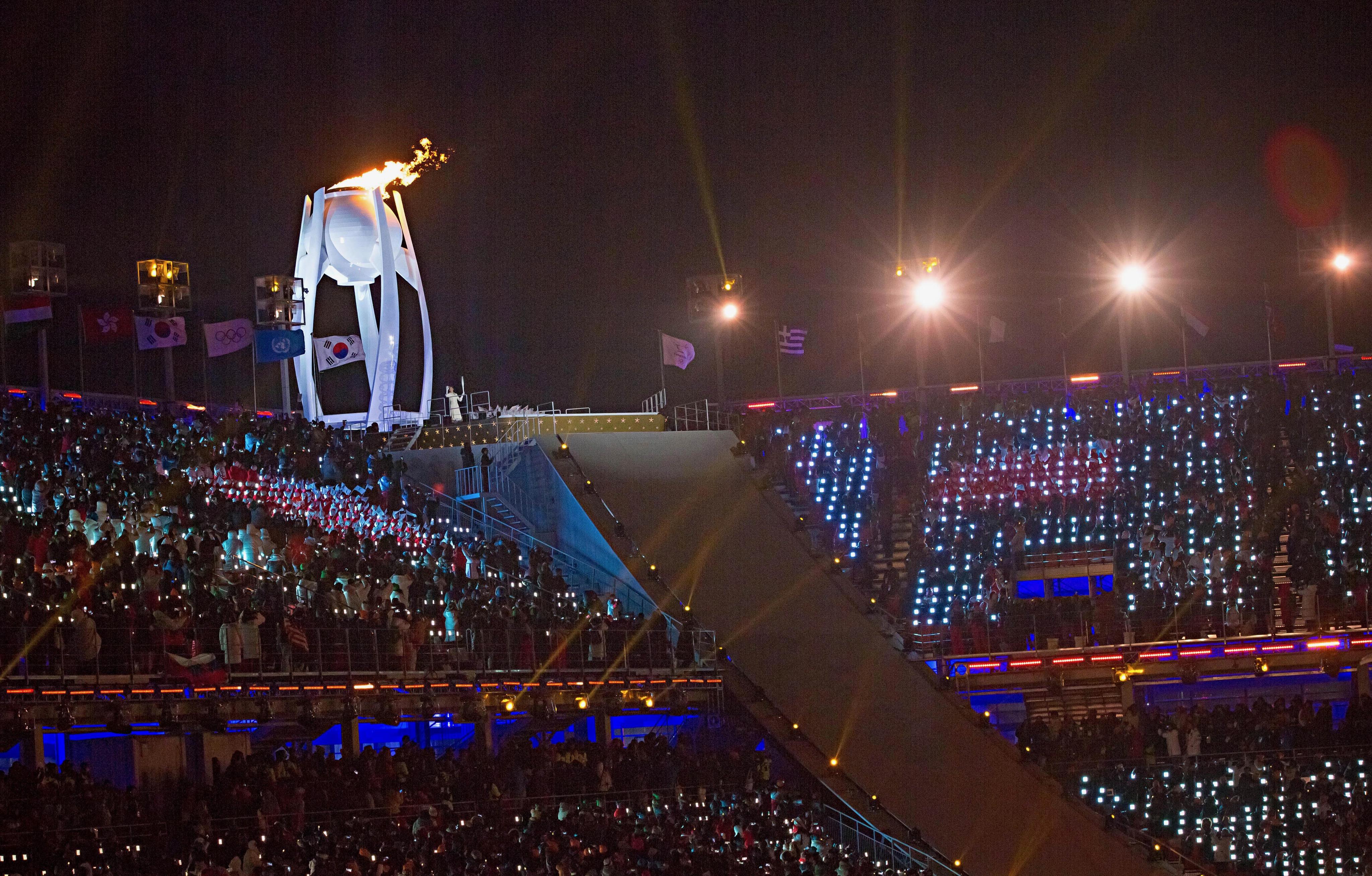 La flamme olympique flotte sur PyeongChang.